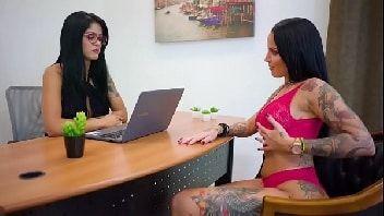 Lesbicas brasileiras se pegando cheias de tesão no escritório
