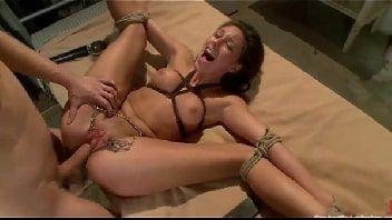 Sexo amarrada com tarada tomando só rolada