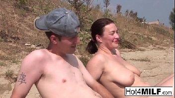 Sexo na praia coroa casada metendo com um novinho