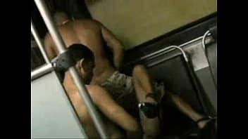 Sexo no ônibus safada madura dando para o negão comedor