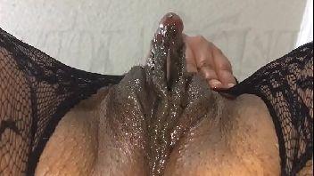 Clitóris grande da morena que fica toda molhada de tanto prazer