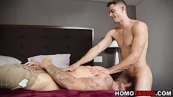 Gato bem dotado metendo no cu do gayzinho