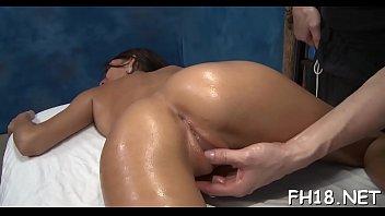 Massagem e sexo com o cara aproveitando da gostosa