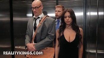 Novinha gostosa transando no elevador