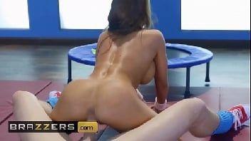 Pornstars gostosa morena dando uma sentadinha deliciosa no cacete duro
