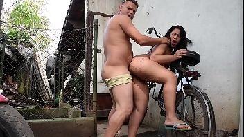 Sexo mulher gostosinha dando no quintal de casa