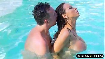 Sexo na piscina com tetuda afim de sexo transando gostoso