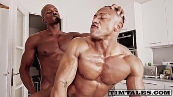 Homossexual puto de quatro dando o cuzinho