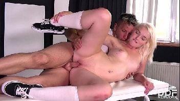 Bucetas pequenas em cena de sexo transando