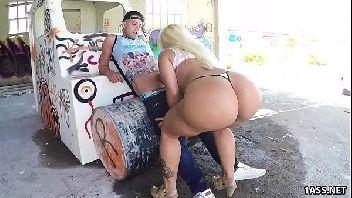 Pirocudos vídeo de sexo com essa loirinha safada dando a perereca pro bem dotado sacana