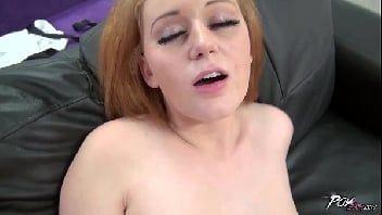 Sexo antigo com essa novinha peituda transando com o bem dotado no sofá