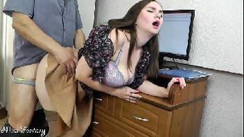 Chupando as bolas o patrão e dando a buceta no escritorio