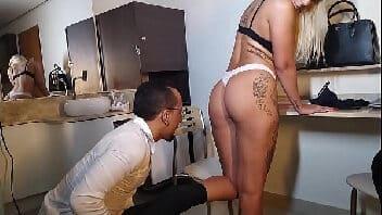 Futunari Fa Padilha fazendo cena de filme porno com anão do pau grande