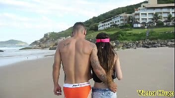 Gostosa mostrando a buceta na praia foi pro mato pra fuder