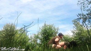 Traindo o namorado com o amigo que faz caminhada na floresta