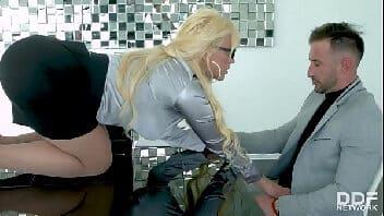 Sexo online com essa loirona bunduda encima do sofá