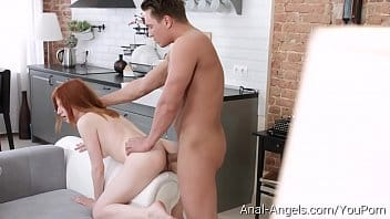 Video sexo anal dessa ninfetinha ruiva dando o cu na praia
