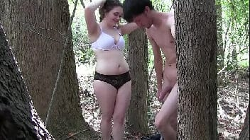 Xvdos gordinha dando a buceta no meio da floresta