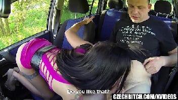 Fudendo por dinheiro com motorista no carro