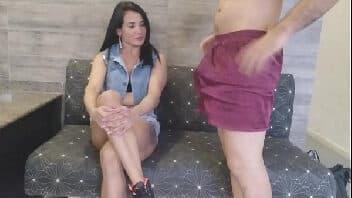 Assistir filmes de sexo com namorada no sofá da sala