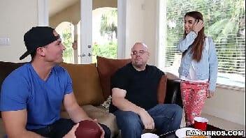 Caralhudos, novinha dando gostoso para o amigo de seu pai