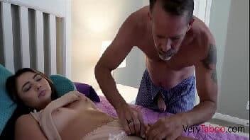 Pai comendo filha novinha enquanto a mãe dorme tranquila no outro quarto