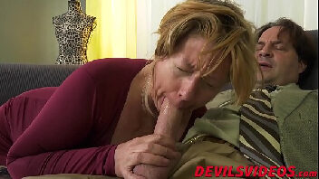 Bucetinha gordinha da velha safada dando para seu macho