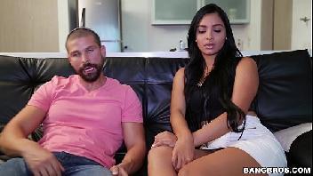Filmes pornos online casal briga mais faz as pazes rapidinho com uma boa foda na frente da televisão