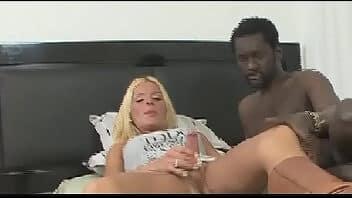 Pornotrans loira com surpresinha dando a bunda para negão de cacete enorme