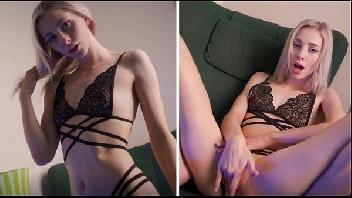 Loira gostosa se masturbando na frente da câmera do celular em vídeo chamada com namorado