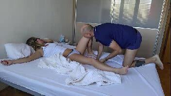 Fudendo a esposa gostosa depois de atiçá-la enquanto dormia