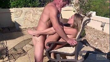 Xoxota branquinha tomando gostoso ao ar livre