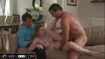 Comendo a peituda vadia na frente do padrasto pervertido dela