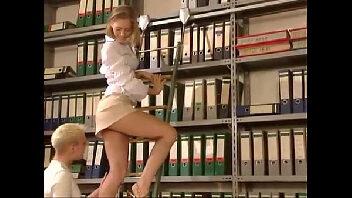 Safadinha dando para um macho na biblioteca