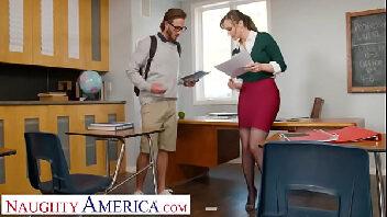 Xxxbuceta professora vadia trepando com o nerd na sala de aula