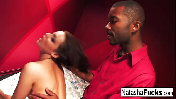 Sexo com negão delicioso metendo forte na bucetinha da vadia