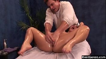 Massagem erótica mulher escandalosa chegando ao orgasmo