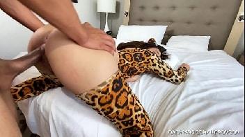 Porno bem dotado fodendo a gatinha de quatro
